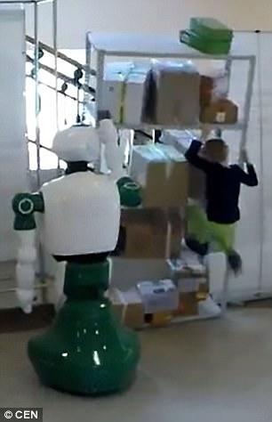 Cận cảnh Robot Nga cứu bé gái dù không được lập trình - Ảnh 1.