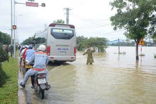 Nước lũ tại Huế lại lên, Đà Nẵng hàng ngàn hộ dân còn ngập - Ảnh 8.