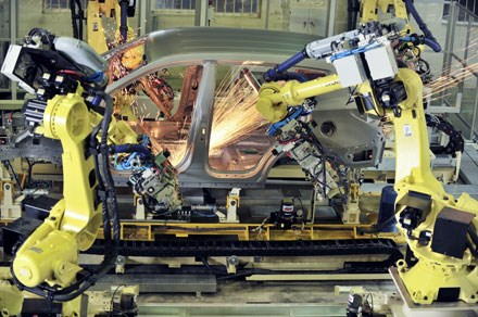 Trong lúc Toyota xác nhận dần bỏ lắp ráp chuyển sang nhập xe, nhiều liên doanh khác cho biết vẫn đổ tiền sản xuất xe tại Việt Nam.
