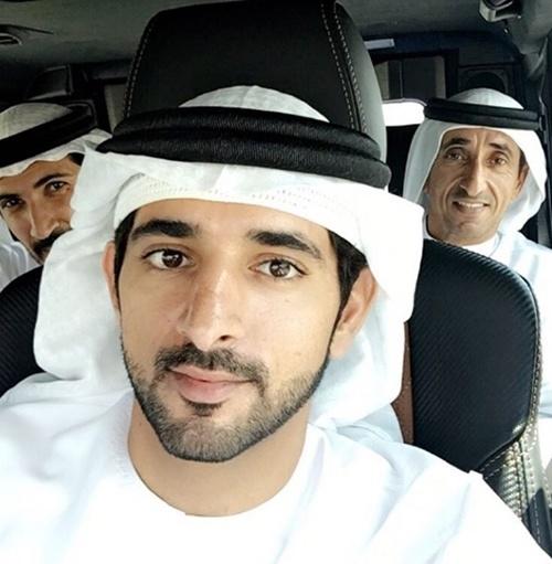 Hoàng tử Hamdan còn có tên gọi khác là Fazza. Anh năm nay 34 tuổi, tài sản cá nhân ước tính hơn 3 tỷ USD. Anh hiện cũng là Chủ tịch Hội đồng lãnh đạo Dubai.