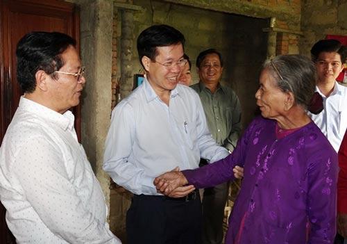 Ông Võ Văn Thưởng thăm và trao quà Tết cho hộ gia đình chính sách tại xã Nghĩa Phương