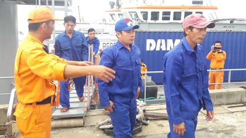 Cứu 23 ngư dân gặp nạn trên biển - Ảnh 1.