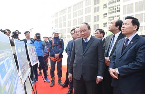 Thủ tướng Nguyễn Xuân Phúc tham quan công trình nhà máy đang xây dựng tại Tổ hợp Samsung KCN Yên Phong Ảnh: QUANG HIẾU