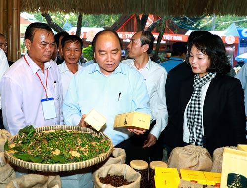 Thủ tướng Nguyễn Xuân Phúc thăm các gian hàng trưng bày cà phê tại hội chợ triển lãm cà phê của Lễ hội Cà phê Buôn Ma Thuột Ảnh: TTXVN