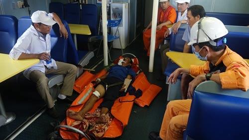 Cứu thuyền viên bị tai nạn ở Hoàng Sa - Ảnh 1.