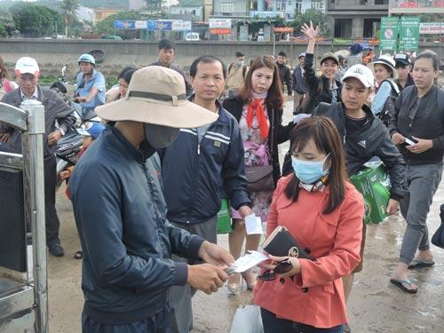 Du khách mắc kẹt ở đảo Lý Sơn do biển động ngày 2-4