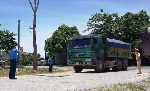 Lãnh đạo tỉnh Thanh Hóa trực tiếp bắt xe quá tải - Ảnh 1.