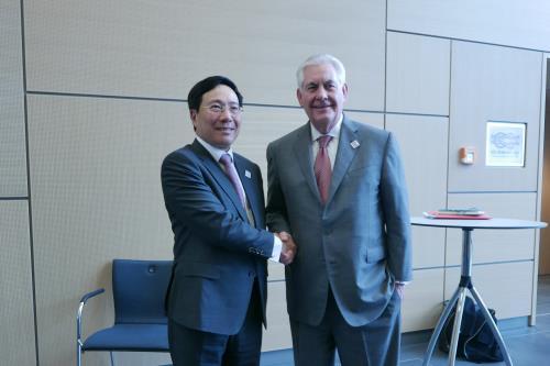 Phó Thủ tướng, Bộ trưởng Ngoại giao Phạm Bình Minh gặp với Bộ trưởng Ngoại giao Mỹ Rex Tillerson bên lề Hội nghị Bộ trưởng Ngoại giao Nhóm G20 tại Bonn, Đức - Ảnh: TTXVN