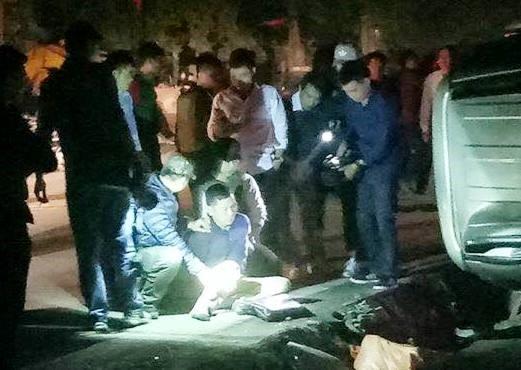 Nghi phạm buôn lậu ma túy bị bắt giữ sau khi chiếc xe lật - Ảnh: Facebook