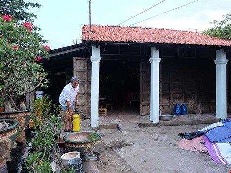 Căn nhà của ông Nguyễn Văn Bảy đã xây dựng 45 năm nay và xuống cấp trầm trọng.