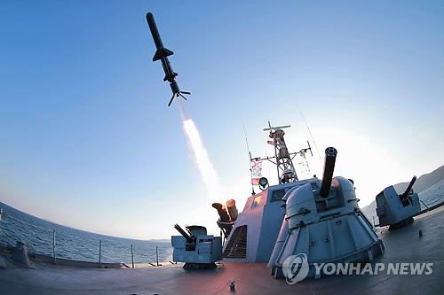 Hàn Quốc: Triều Tiên phóng một loạt tên lửa  - Ảnh 1.
