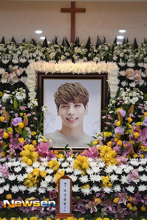 Người hâm mộ khóc tiễn biệt sao trẻ nhóm SHINee - Ảnh 3.
