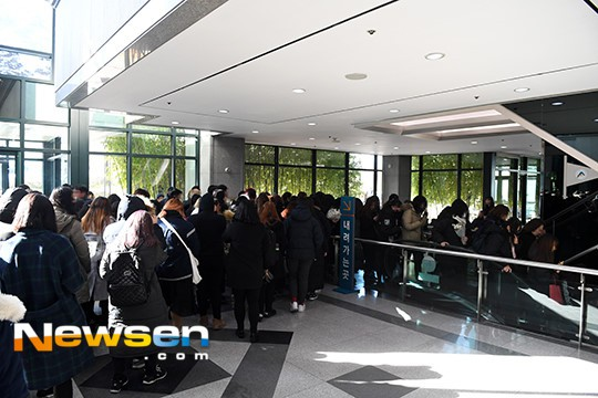 Người hâm mộ khóc tiễn biệt sao trẻ nhóm SHINee - Ảnh 6.