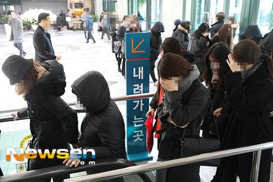Người hâm mộ khóc tiễn biệt sao trẻ nhóm SHINee - Ảnh 5.