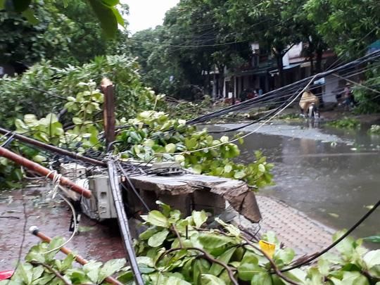 2 cán bộ bị lũ cuốn tử vong khi đi khắc phục hậu quả bão - Ảnh 2.
