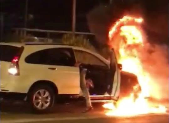 Đi vào làn buýt nhanh BRT, xe máy và ô tô bốc cháy dữ dội - Ảnh 1.
