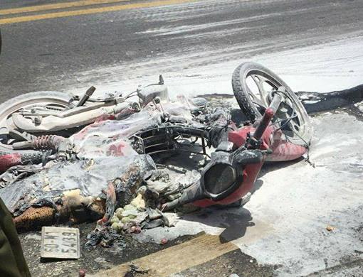 Va chạm với xe tải, xe máy bốc cháy, bé 5 tuổi nguy kịch - Ảnh 1.