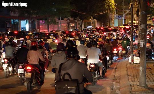 Đường nào cũng kẹt, dân Sài Gòn mệt mỏi trở về nhà - Ảnh 2.