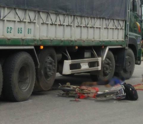 Xe tải kéo lê xe đạp điện, 2 học sinh thương vong khi đến trường - Ảnh 1.