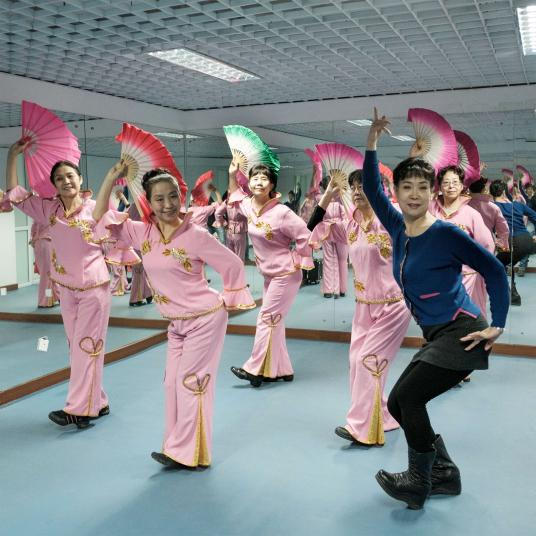 Một lớp dạy múa dân gian. Ảnh: Antonio Faccilongo