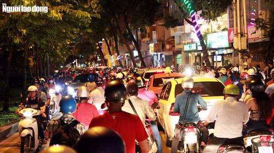 Đường nào cũng kẹt, dân Sài Gòn mệt mỏi trở về nhà - Ảnh 3.