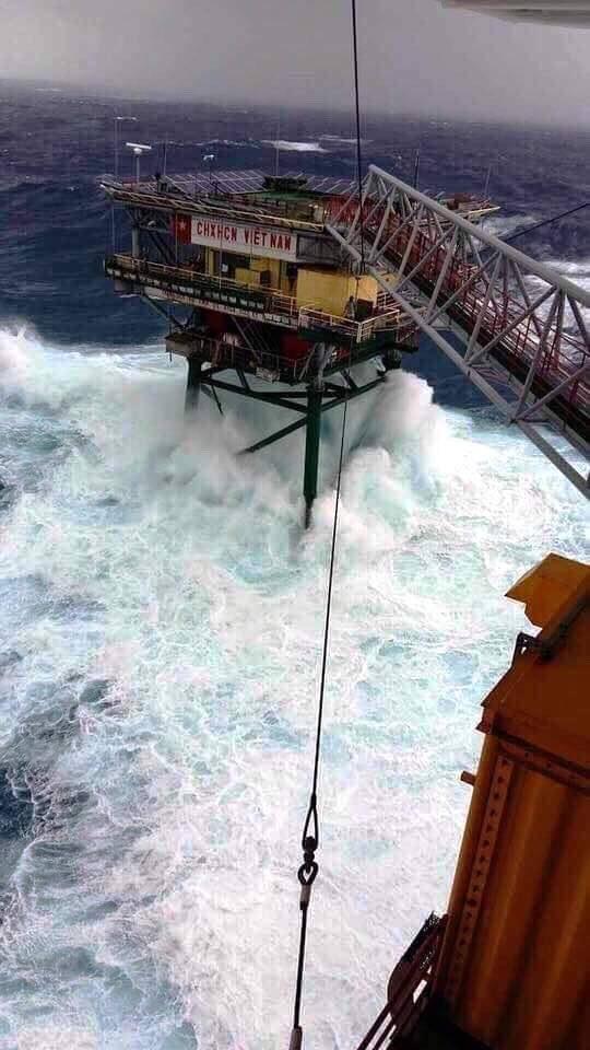 Nhà giàn run bần bật trong tâm bão Tembin - Ảnh 1.