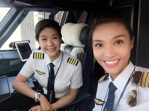 Cơ trưởng Huỳnh Lý Đông Phương (trái) và cơ phó Nguyễn Ngọc Bích (phải) điều khiển một chuyến bay của Vietnam Airlines - Ảnh: Facebook