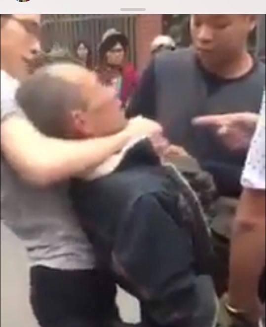 Ông Hoàng Tiến Vin bị nhóm người hành hung - Ảnh cắt từ clip