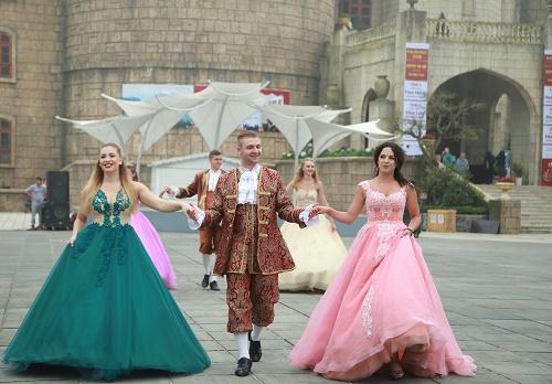 Du khách vui hết cỡ với lễ hội carnival Bà Nà Hills