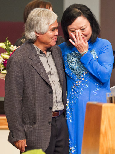 Ông Nick Ut gặp lại Em bé Napalm Phan Thị Kim Phúc tại bang California - Mỹ ngày 3-6-2012. Ảnh: AP