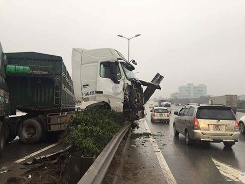 Chiếc xe tải lao vào dải phân cách giữa cầu