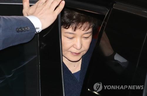 Bà Park lên xe về nhà. Ảnh: YONHAP