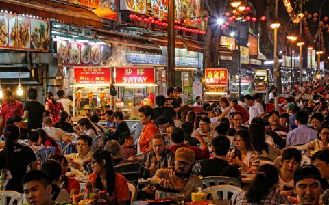 Kuala Lumpur, Malaysia: Cũng như Bangkok, ngồi ăn trên những chiếc ghế nhựa ngoài vỉa hè chính là một phần cuộc sống ở Kuala Lumpur. Các món ăn ở đây là sự hòa trộn của ẩm thực Ấn Độ, Trung Quốc và Malaysia. Đặc trưng nhất phải kể đến món cơm nấu nước dừa nasi lemak, ăn cùng cá khô, xốt sambal, vài lát dưa chuột, trứng luộc và lạc rang.