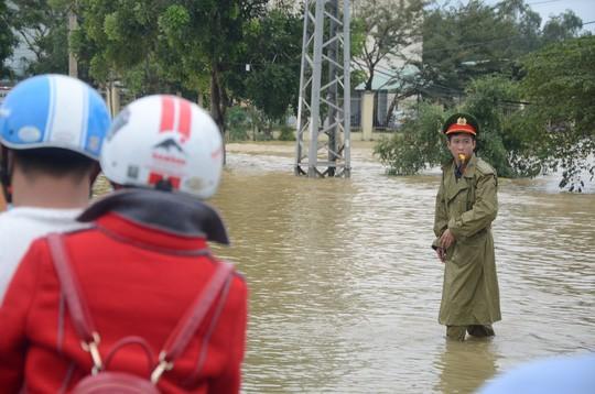 Nước lũ tại Huế lại lên, Đà Nẵng hàng ngàn hộ dân còn ngập - Ảnh 9.