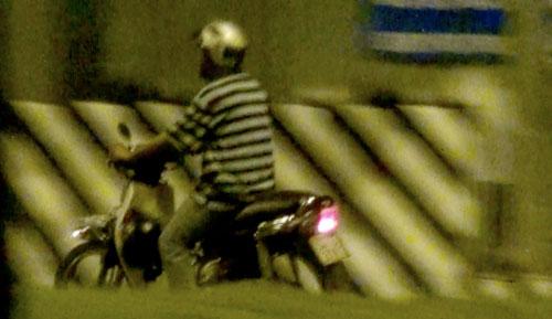 Người lạ bên chốt giao thông - Ảnh 2.