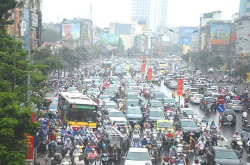 Đường phố ở Hà Nội lúc nào cũng ken cứng phương tiện