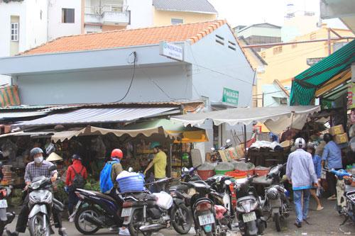 Nhà vệ sinh công cộng trên đường Phạm Ngũ Lão (quận 1, TP HCM) bị bao vây bởi hàng quán