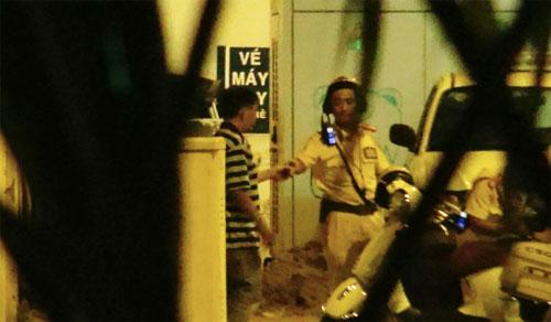 Người lạ bên chốt giao thông - Ảnh 1.