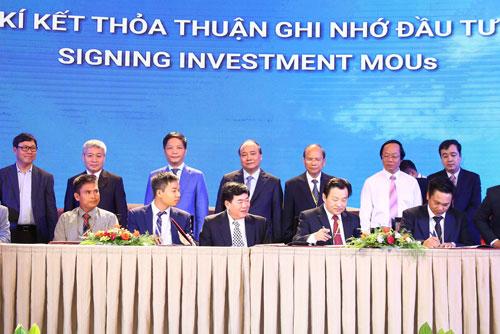 Thủ tướng Nguyễn Xuân Phúc chứng kiến lễ ký ghi nhớ thỏa thuận đầu tư tại Hội nghị Xúc tiến đầu tư vào tỉnh Bình Thuận vào sáng 19-4 Ảnh: TTXVN