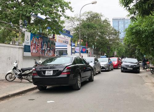 """Dù chưa thể tổ chức đấu giá nhưng nhiều số xe """"VIP"""" đã hiện diện trên khắp các đường phố"""