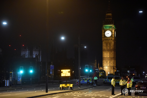 Cảnh sát làm việc tại cầu Westminster. Ảnh: REUTERS