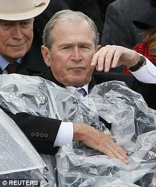 Sau đó, ông thay đổi quyết định, dùng áo mưa che phần thân. Ảnh: Reuters