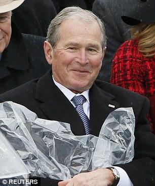 Tuy gặp phải tình huống kém vui nhưng ông Bush vẫn cười tươi. Ảnh: Reuters