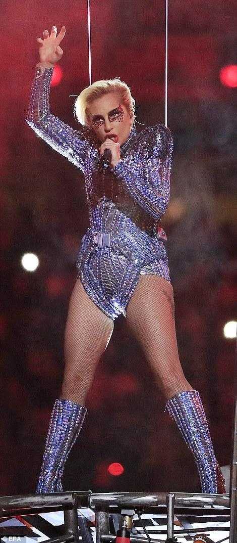"""Lady Gaga """"đốt cháy"""" sân khấu Super Bowl"""