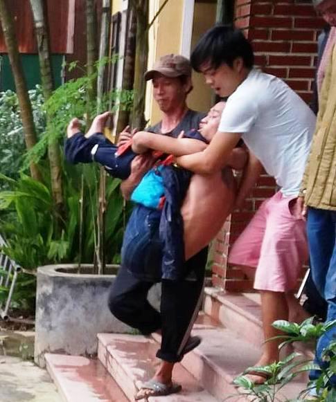 Đối tượng Trương Nguyễn Nhật Linh được đưa lên xe taxi về bệnh viện tâm thần Huế.