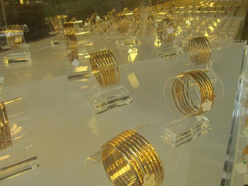Giá vàng tiếp tục tăng theo giá thế giới