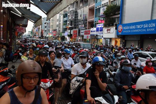 Đường nào cũng kẹt, dân Sài Gòn mệt mỏi trở về nhà - Ảnh 6.