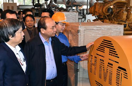 Thủ tướng Nguyễn Xuân Phúc xem quy trình vận hành của nhà máy xử lý rác Ảnh: Quang Hiếu