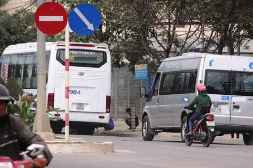 Một xe khách giường nằm sau khi ra khỏi bến xe phía Nam (TP Nha Trang, tỉnh Khánh Hòa) đã dừng lại đón kháchẢnh: Kỳ Nam
