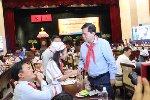 Bí thư Thành ủy TP HCM Đinh La Thăng trao đổi với thiếu nhi TP